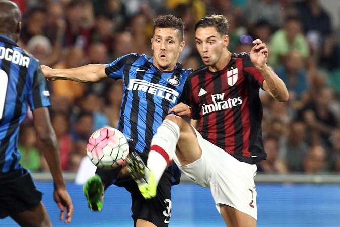 Foto Francesca Soli - LaPresse 12 08 2015 Reggio Emilia (Italia) sport calcio Campionato Serie A 2015-2016 Amichevole Triangolare Trofeo Tim 2015 / Sassuolo vs Milan vs Inter Nella foto: Jovetic e De Sciglio  Photo Francesca Soli - LaPresse 12 08 2015 Reggio Emilia (Italy) sport football Football League 2015-2016 Friendly match Trofeo Tim 2015 / Sassuolo vs Milan vs Inter In the pic: